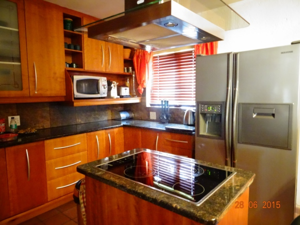 Modern open plan kitchen with large fridge/freezer with ice making facilitities, fully equipped - Holiday accommodation Hartbeespoort