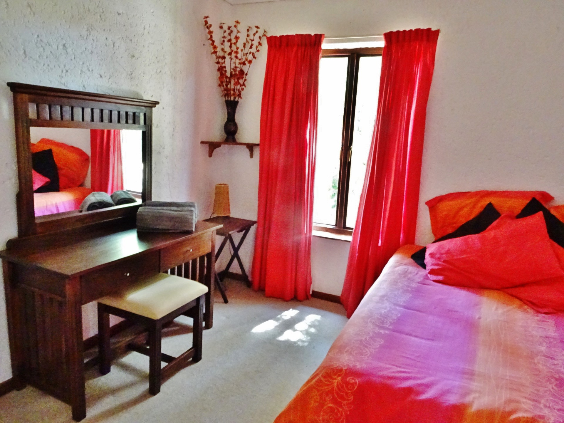 Red bedroom - Queen size bed & dressing table in self catering Holiday home in Harties, sleeping 11