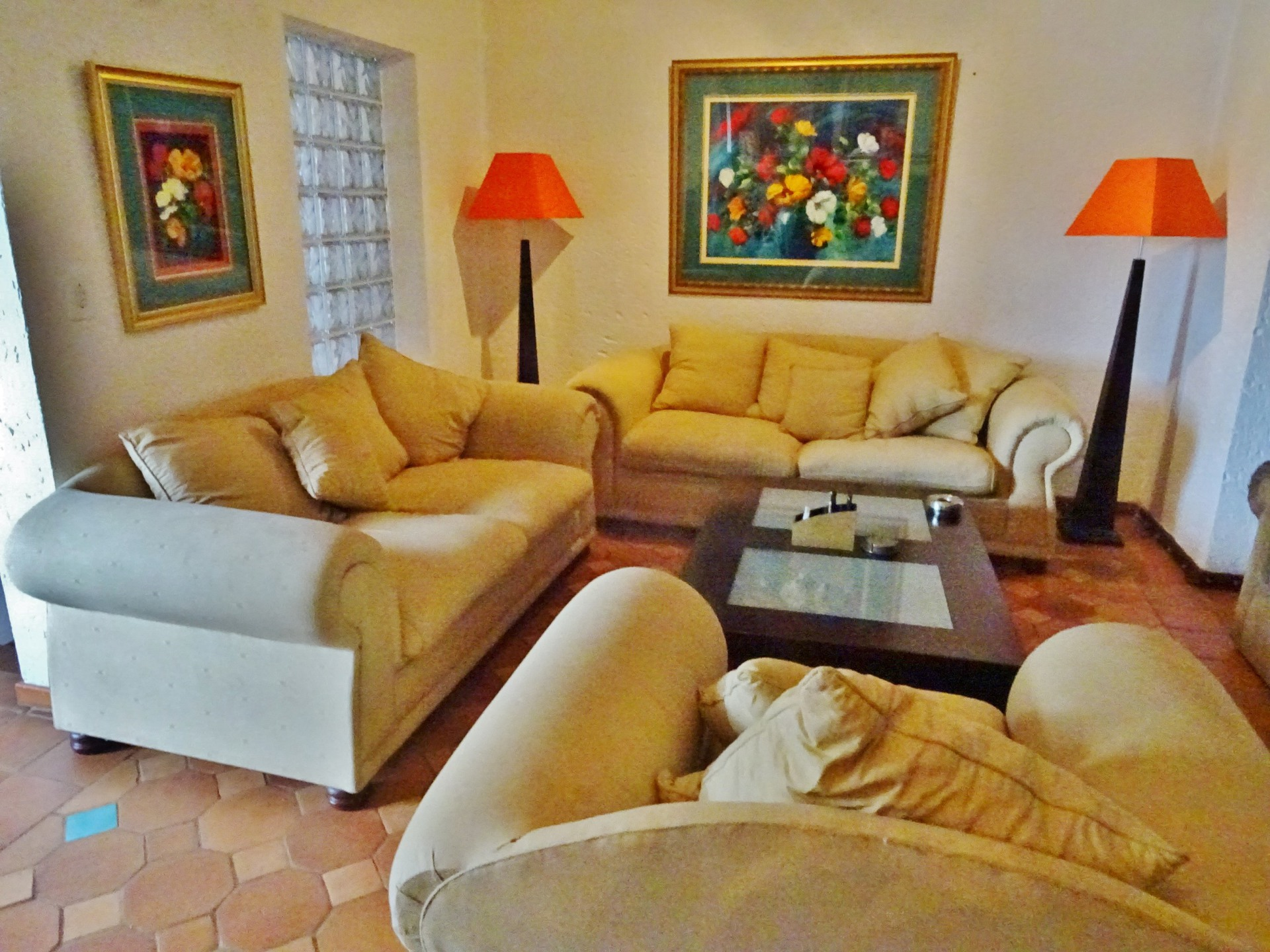 Open plan lounge with 6 seater lounge suite & sleeper couch, flat screen TV, air conditioner & romantic lamps - Holiday accommodation Hartbeespoortription