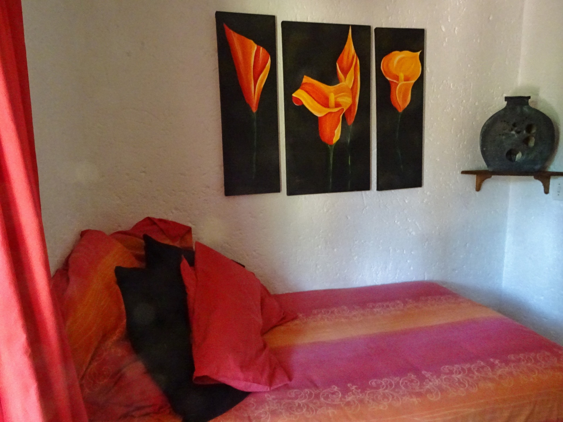 Red bedroom - Queen size bed & canvasses