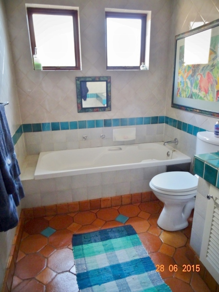 Shared bathroom with bath - Broederstroom in Hartbeespoort dam