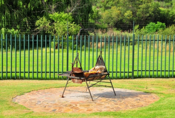 Communal BBQ / braai area at swimming pool - Ileven Heaven Holiday Accommodation