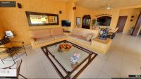 Sala de estar de la propiedad y comedor al fondo