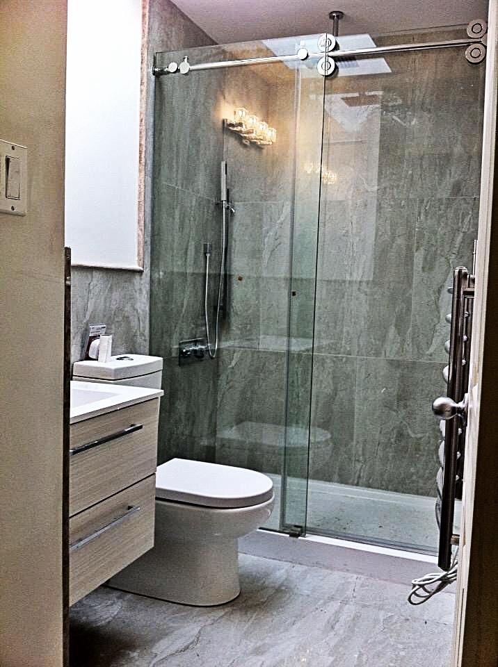 Standing shower with sliding door