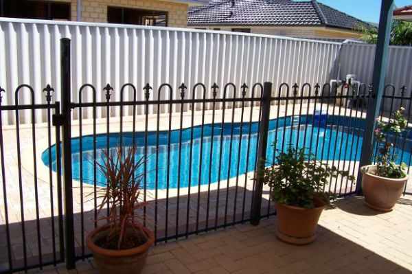 POOL FENCE ~ US$ 10 / day