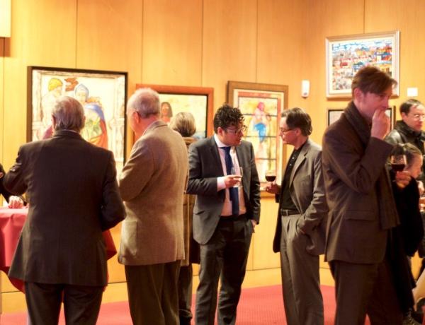 Asistentes a la exposición en el Instituto Cervantes