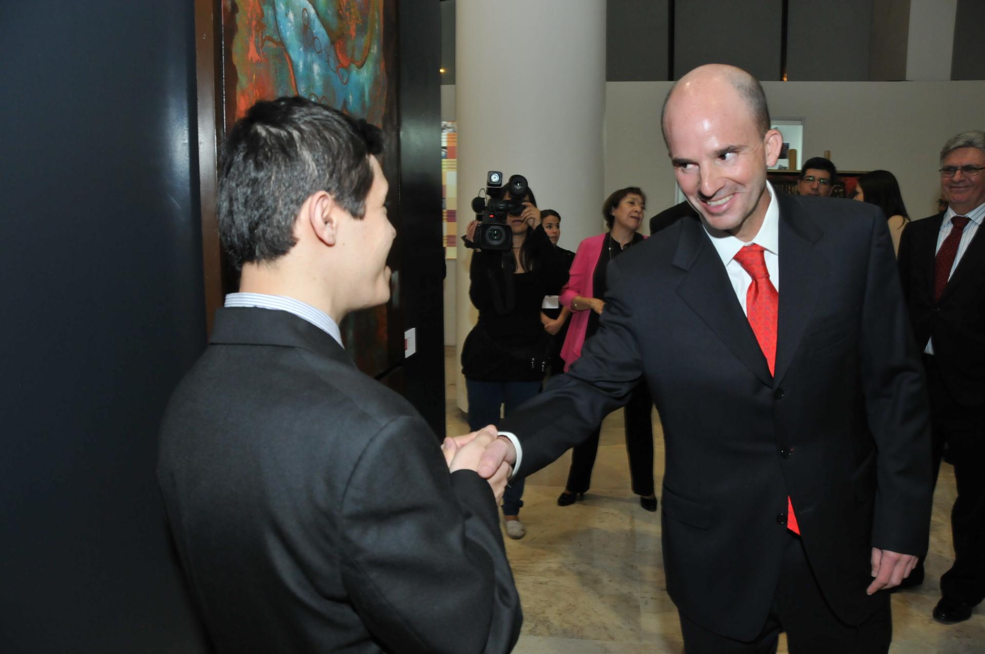 Artista Josafat Calónico con José Antonio Glez. Anaya, Dir. Gral. IMSS