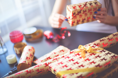 7 Insanely Easy How to Videos for Wrapping Christmas Presents