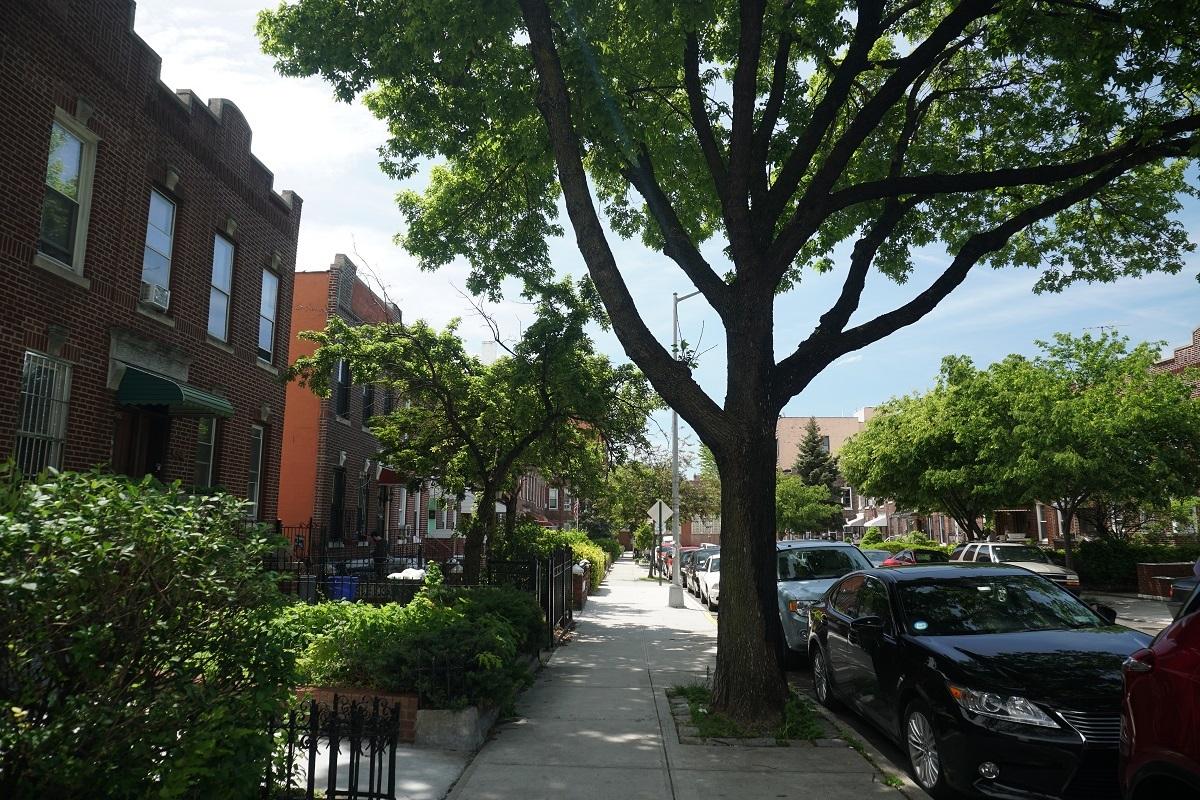 39 Place to Condominium Building, unobtrusive townscape of Sunnyside