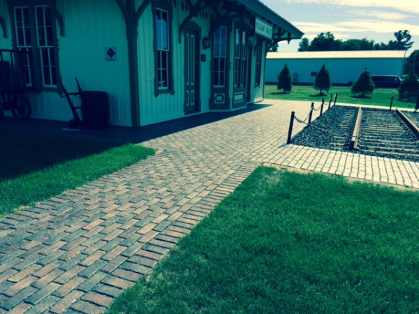 Permeable townhall running-bond patio