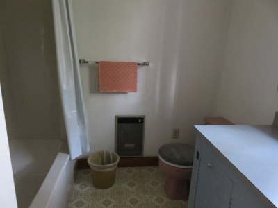 vacation rental with private bath tub and shower in Wiscasset Maine