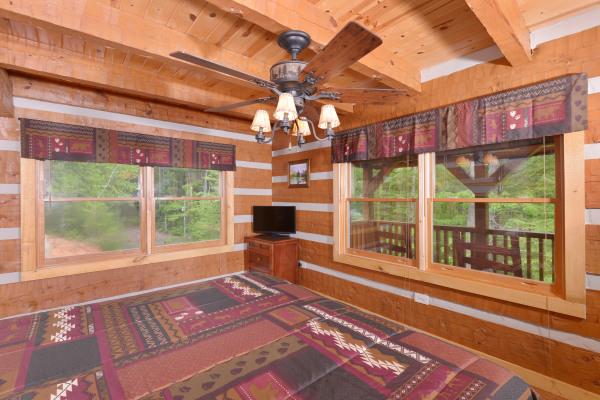 Appalachian Escape cabin 1st floor bedroom