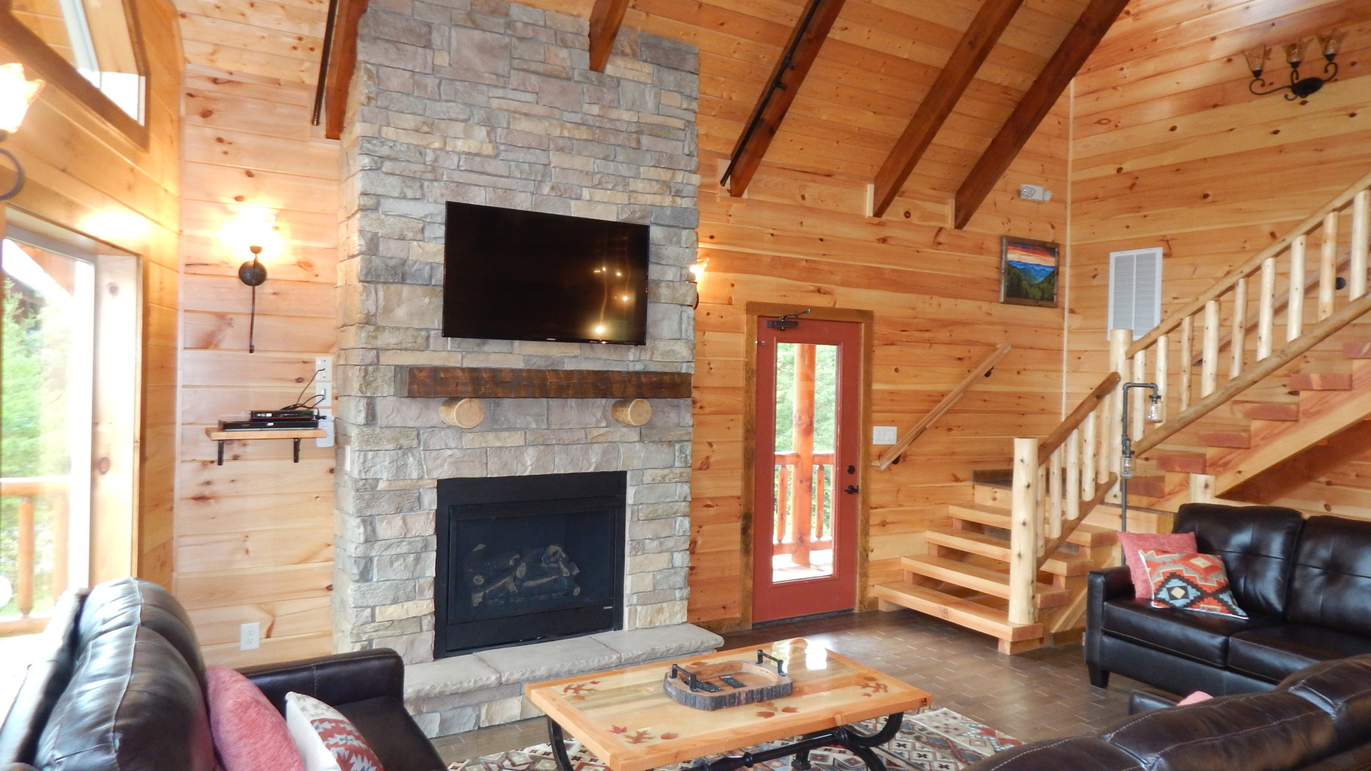 spacious family room large gatlinburg cabin for rent