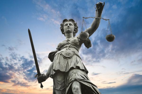 La justice est aveugle, et c est sa force.