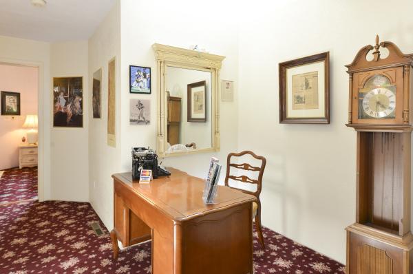 Common Desk/Hallway Area