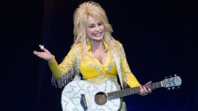 Home  Celebrities  Dolly Parton Offers Monthly Cash Support to Families Affected by Tennessee Wildf