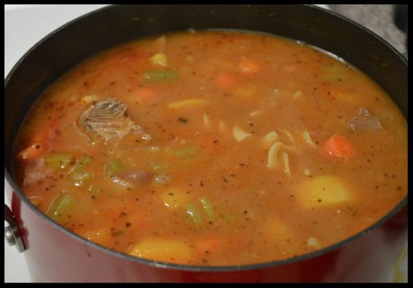 Sopa de res con vegetales y maduros