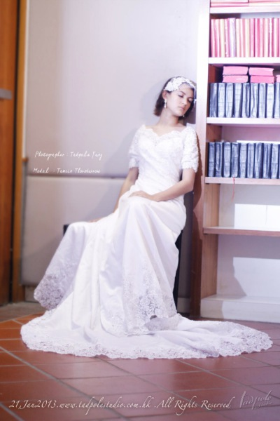 V-neckline, short-sleeved gorgeous wedding dress, long tail vintage gown