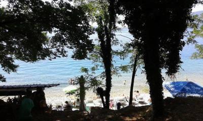Pogled na plažu sa puta