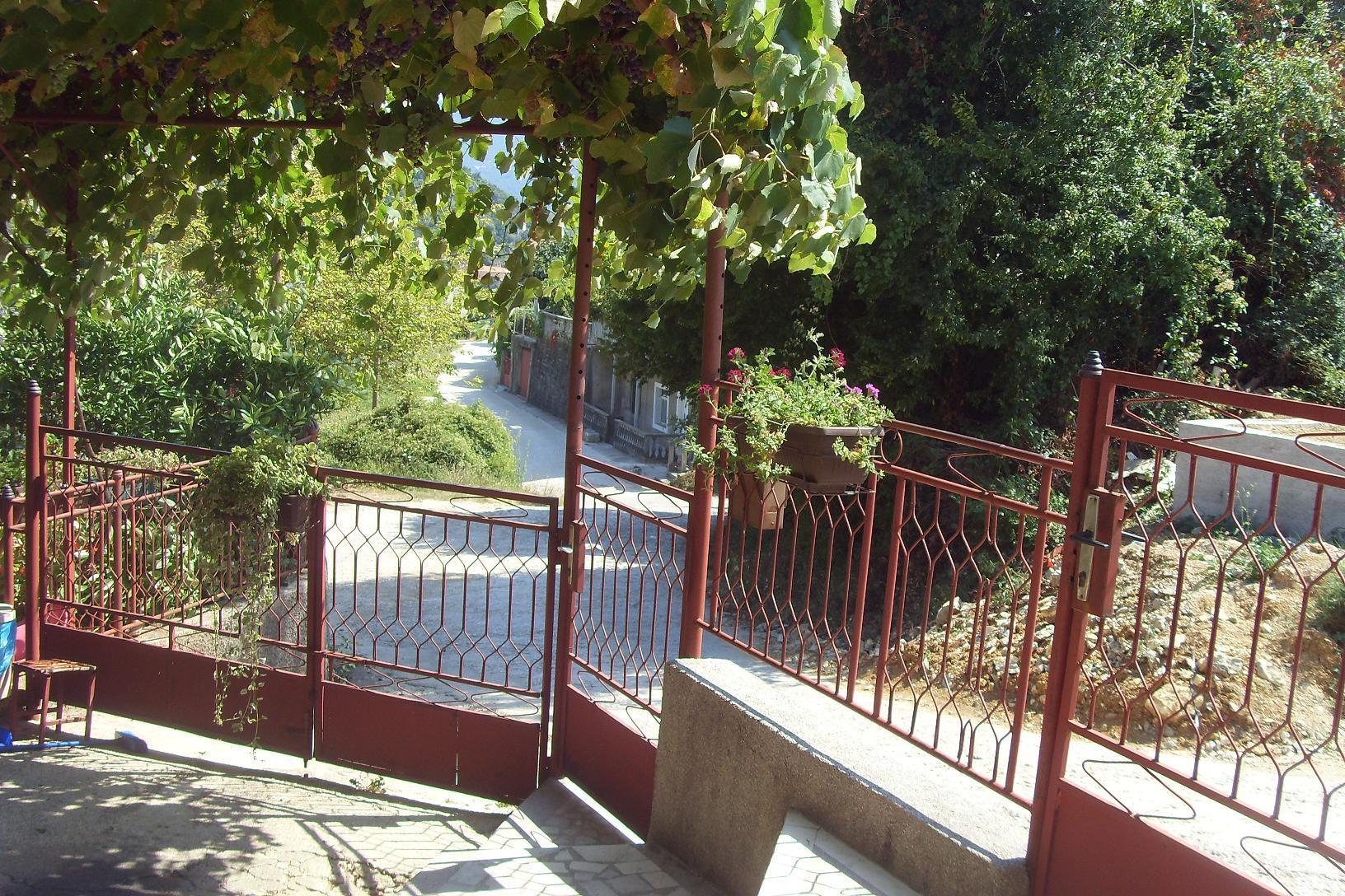 Ulazna kapija i dvorište