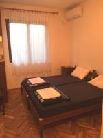 Dva kreveta, plakar, klima, prozor