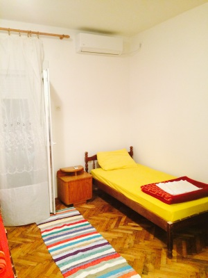 single bed with air-conditioner