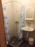 kupatilo sa tuš kabinom i umivaonikom u apartmanu