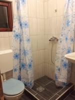 kupatilo sa tuš kabinom i wc u apartmanu