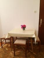 trepezarijski sto u apartmanu