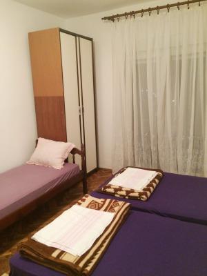 3 beds, balcony door, closet