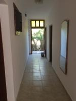 Hodnik na spratu sa pogledom na ulazna vrata