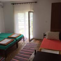 tri kreveta, plakar, balkonska vrata