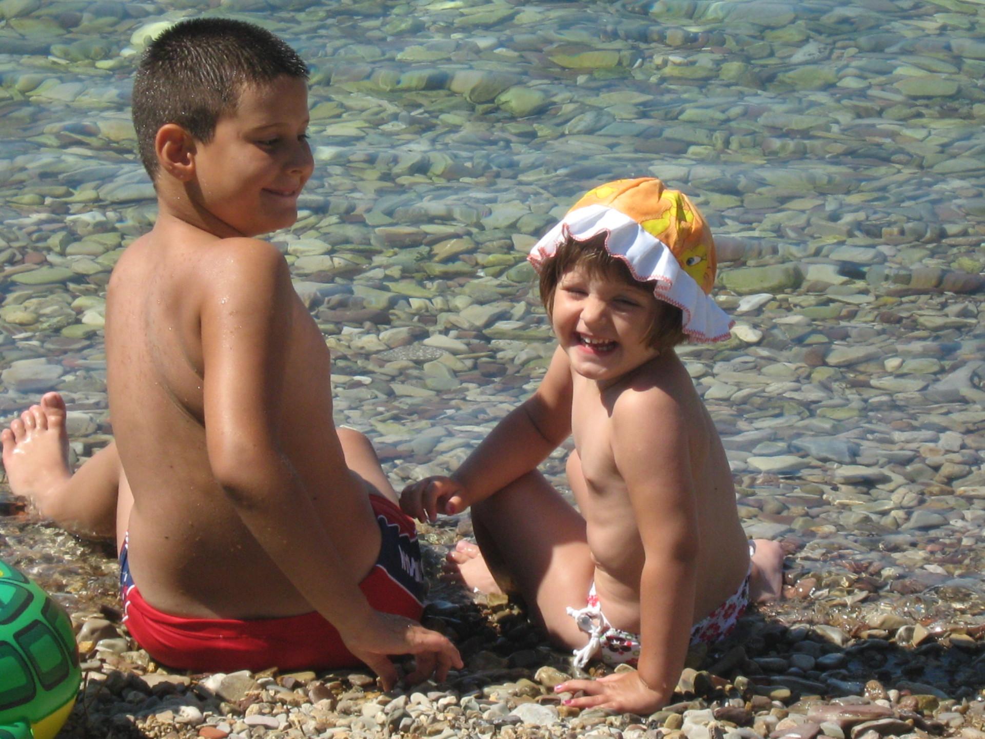 Gosti Apartmana Olivera u plićaku na plaži u Zelenici