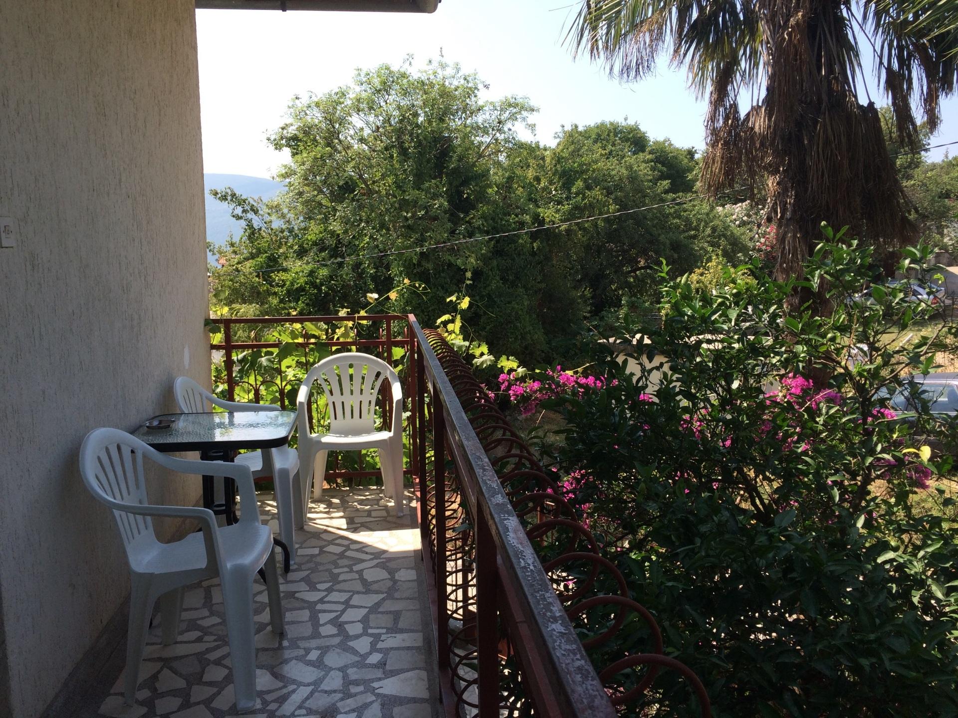 sto i stolice na balkonu