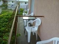 balkonska terasa sa stolom i stolicama za sedenje