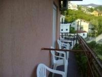 terasa sa stolom i stolicama