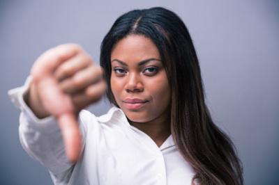 Femme noire stupéfaite