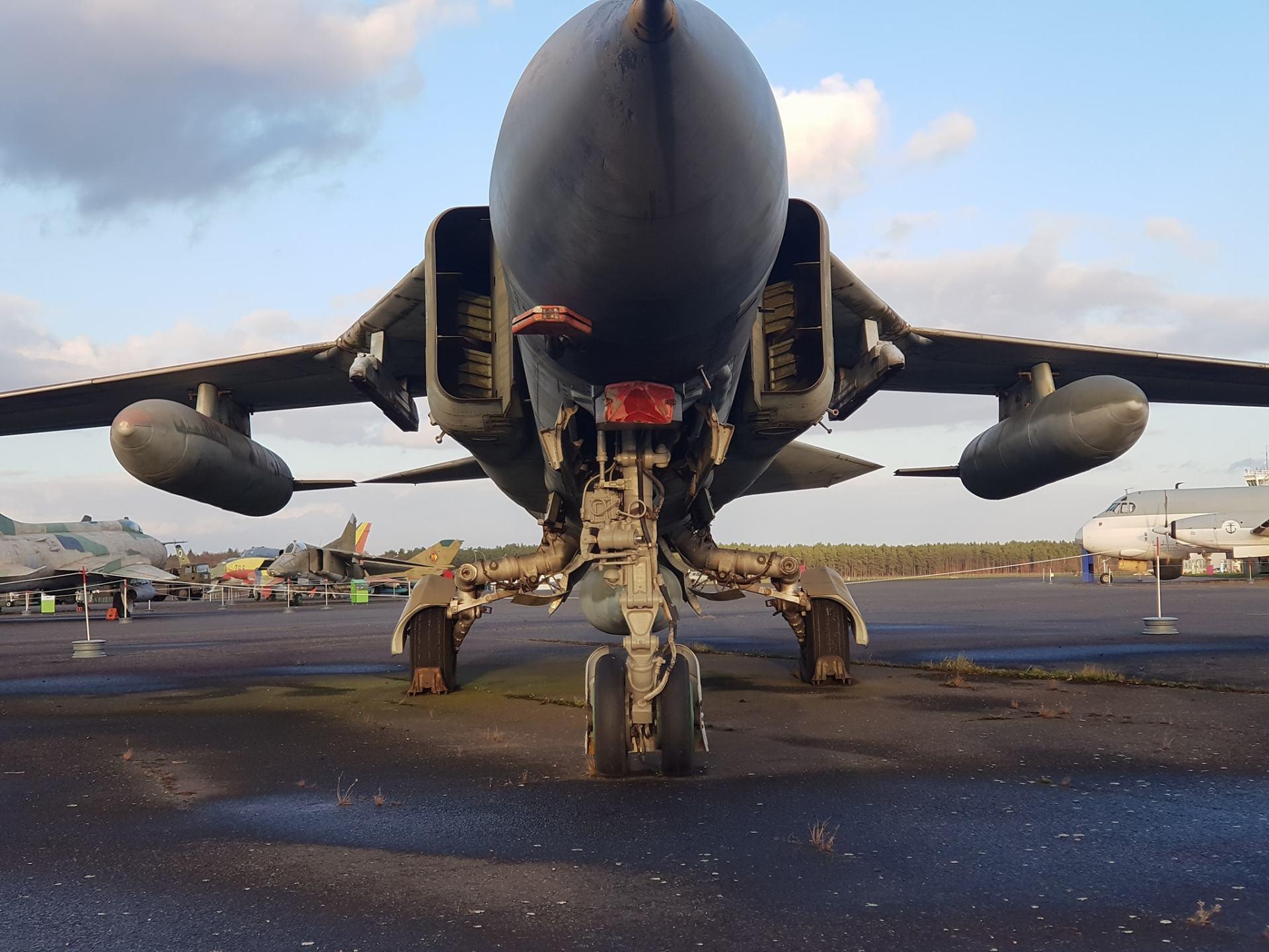 מטוס קרב שמוצג על מסלול ההמראה מוזיאון. צילום: אייל נחשון