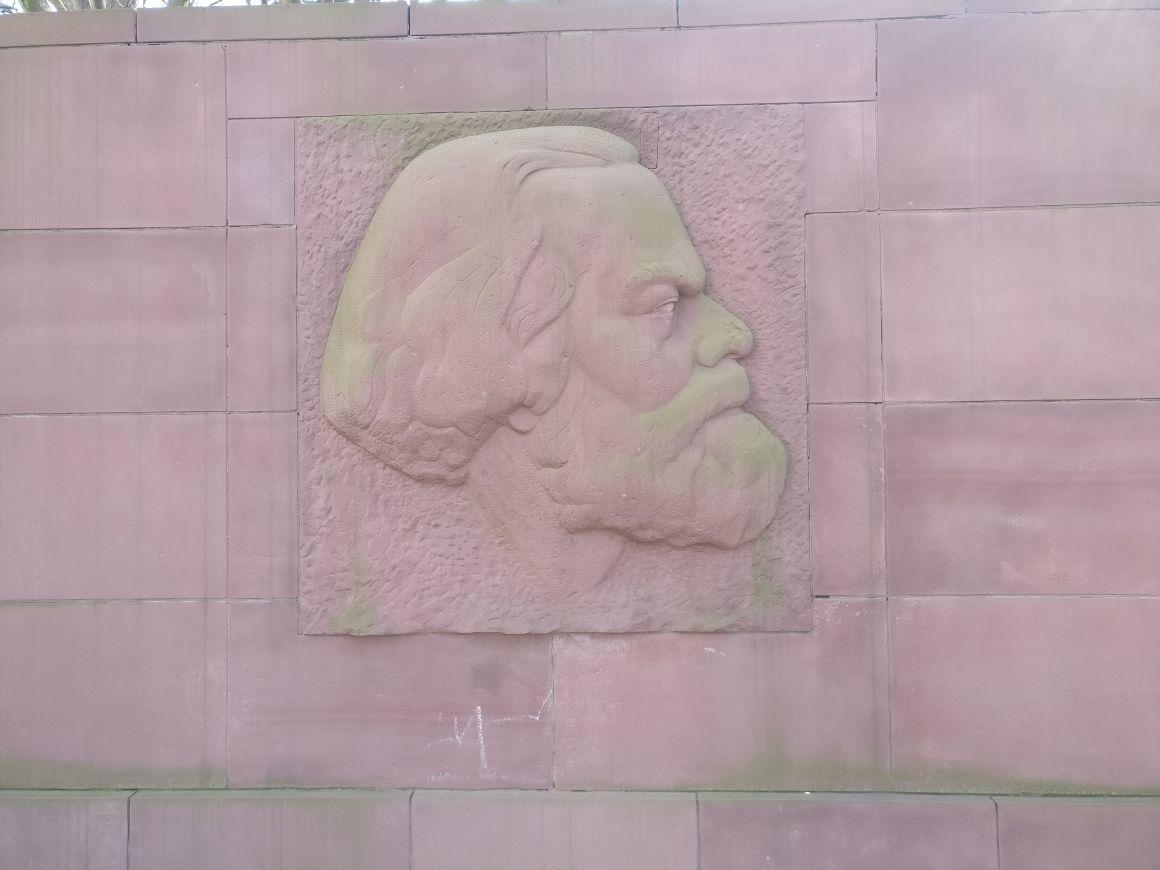פינות היסטוריות בברלין: האנדרטה לכבוד קארל מרקס בפרידריכסהיין