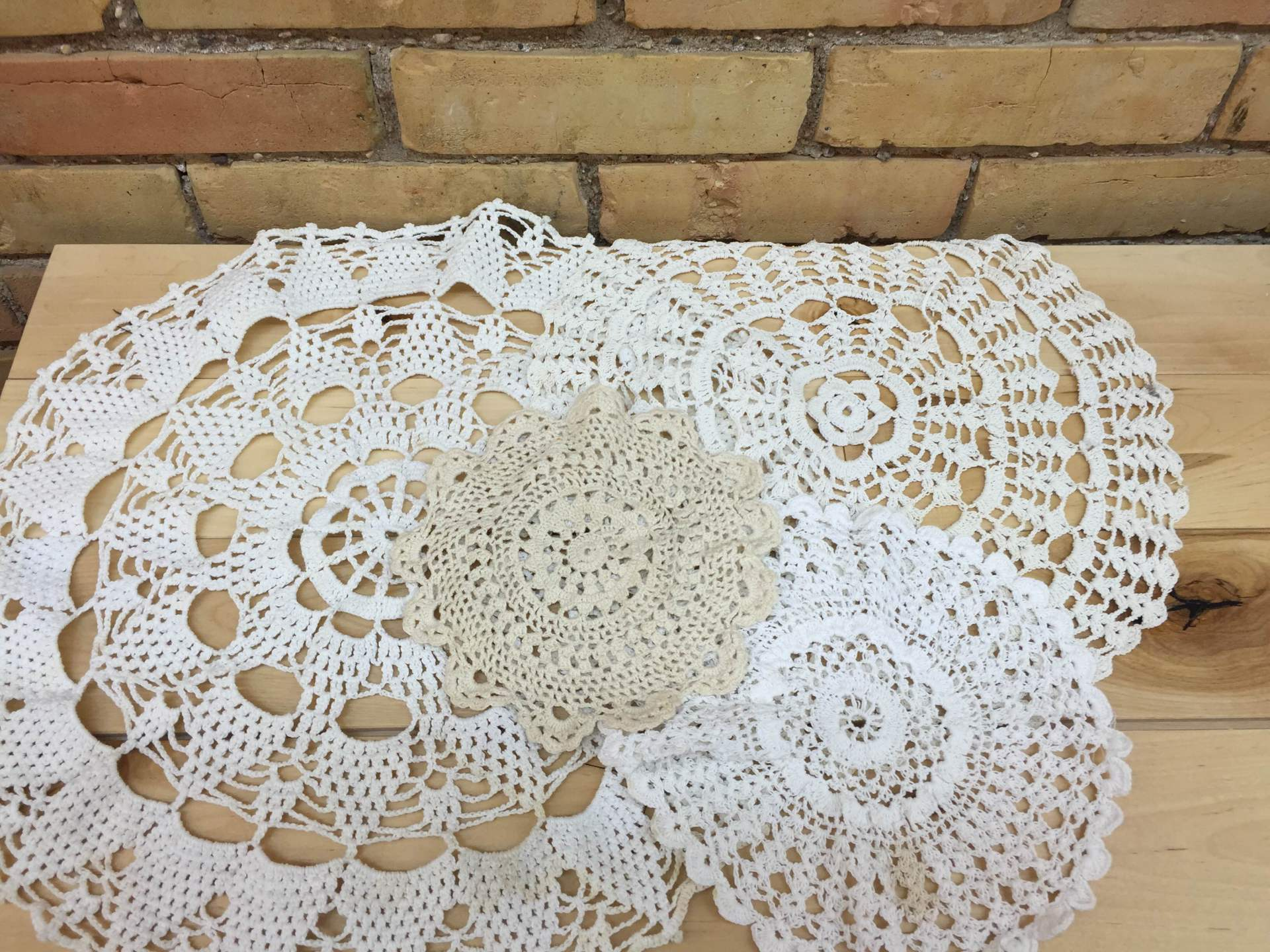 ASSORTED DOILIES