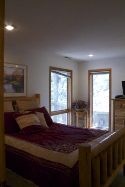Bedroom 1 upstairs - queen