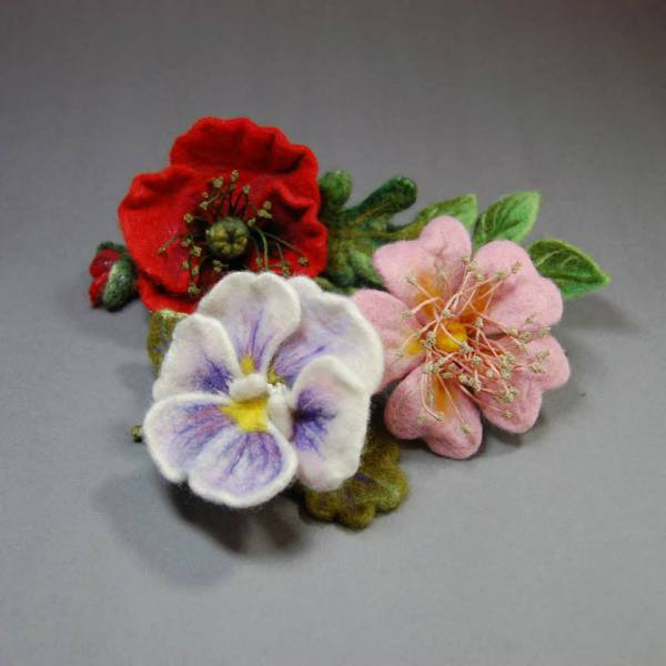 Flower brooches made of Wool