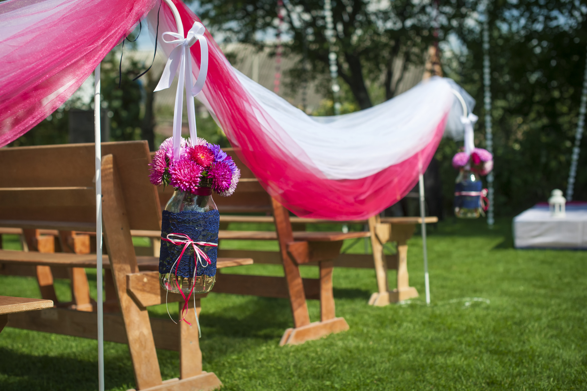 mason jar aisle decoration, mason jar purple and pink, purple wedding, pink wedding, fushia wedding, ceremony set up
