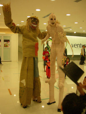 SCARECROW & MUMMY ON STILTS