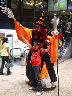 HALLOWEEN WITCH ON STILTS