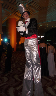 MAGICIAN ON STILTS