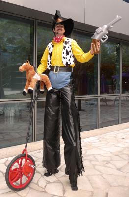 USA - AMERICAN COW BOY ON STILTS