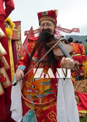 FIDDLER PLAYING CHOI SAN