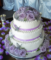 purple flowers cream wedding cake
