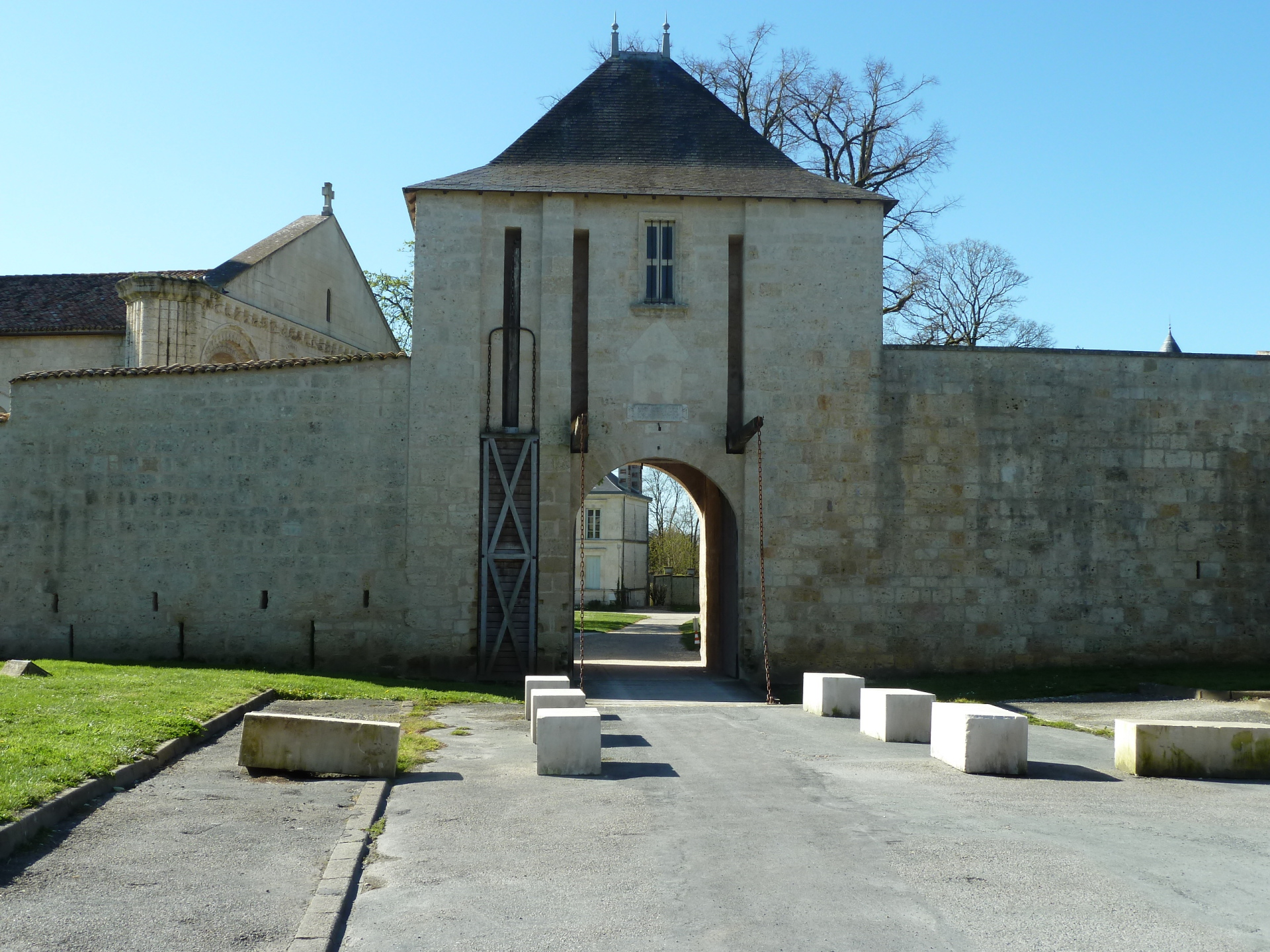 Entrance to chateau and park